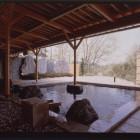 自然と一体感が味わえる開放的な露天風呂。満月が露天風呂から眺められることもあります。心の深呼吸にいらして下さい。
