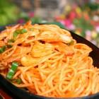 スパゲティナポリタン [¥700] セット:サラダ・ドリンク付【¥1,000】香ばしい香り、最後の一口まであたたかくいただけます。大盛はプラス100円です。