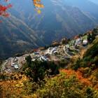 日本のチロル「下栗の里」 日本の原風景が残る場所です 。谷底に向かって標高800m~1100mの間に耕地や民家が点在する里には、大地と人の温もりがあります 。 かぐらの湯から車で30分