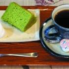 明日葉シフォンケーキ270円 セット650円 八丈島から取り寄せた明日葉を使用しています。コーヒーは清内路の一番清水の水を使用しておりますので味は格別です。