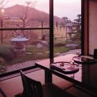 料理茶屋「花」 四季を味わう懐石料理を料理茶屋でご提供いたします。窓辺に坪庭を配したお部屋は、心置きなくお料理を味わって頂ける特別な空間です。お昼のお食事でも、ご提供いたします。