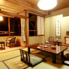 【客室】窓辺に広がる山並が心を休める客室です。茶室も完備した和の心溢れる心地よい寛ぎの空間です。旅の一時をゆったりとお楽しみ下さい。
