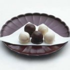 夢のうつつ 12個入り¥1,310 白餡にホワイトチョコ、栗餡にセミスイートチョコをコーティングした洗練された味のお菓子。