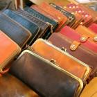 財布、バックなどレザーアイテムを豊富に取り揃えております。使うほどに味わいの増す一品。