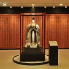 諸葛亮孔明像美術館シンボルの「三国志」諸葛亮孔明像を設置。記念撮影はこちらで。