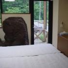 【客室:洋室】 大きな石を配したインパクトのある洋室。