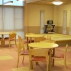 【休息コーナー+和室】明るい雰囲気の休息コーナーでくつろぎのひとときをお過ごし下さい。